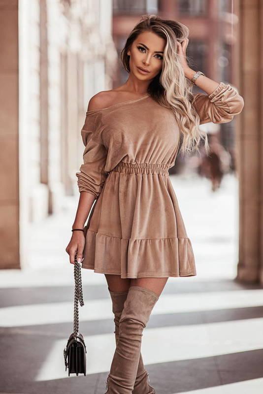 Welurowa sukienka o pięknym, kobiecym fasonie- camel