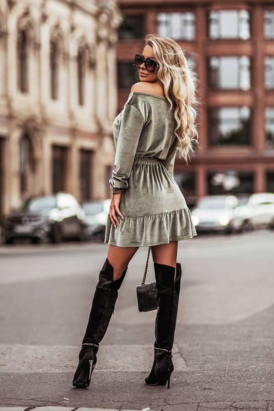 Welurowa sukienka o pięknym, kobiecym fasonie- olive